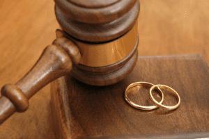 Можно ли развестись в ЗАГСе а имущество поделить через суд?
